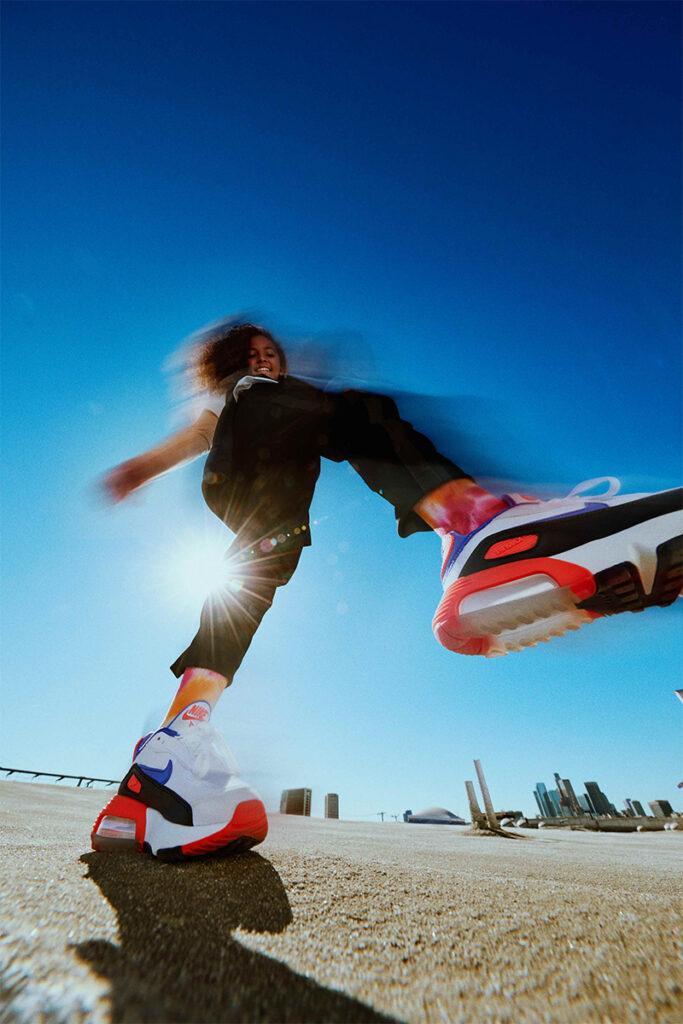 รองเท้าไนกี้ A lady with Nike-Air-Max-2090-EOI